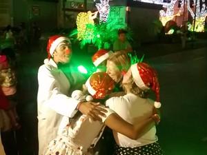 Colaboradores da TV Diário distribuíram abraços entre os mogianos (Foto: Napoleão Filho/TV Diário)