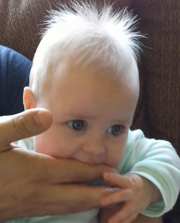 Menina se divertiu ao virar 'instrumento musical' durante brincadeira com o pai (Foto: Reprodução/YouTube/Christina Benton)