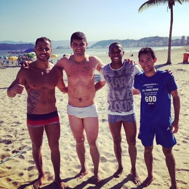 BLOG: Robinho aproveita praia em Santos e reencontra parceiro dos tempos de Peixe