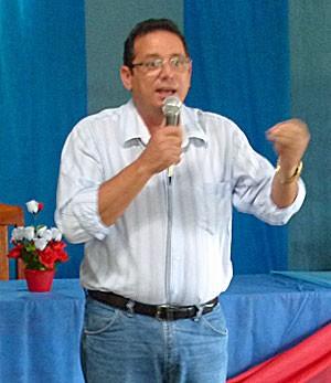 Médico cubano fala com idosos (Foto: Prefeitura de Mucajaí/Divulgação)