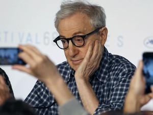 O diretor Woody Allen participa de uma coletiva de imprensa sobre o filme 'Irrational Man' e é fotografado por jornalistas com seus celulares no Festival de Cinema de Cannes, no sul da França (Foto: Regis Duvignau/Reuters)
