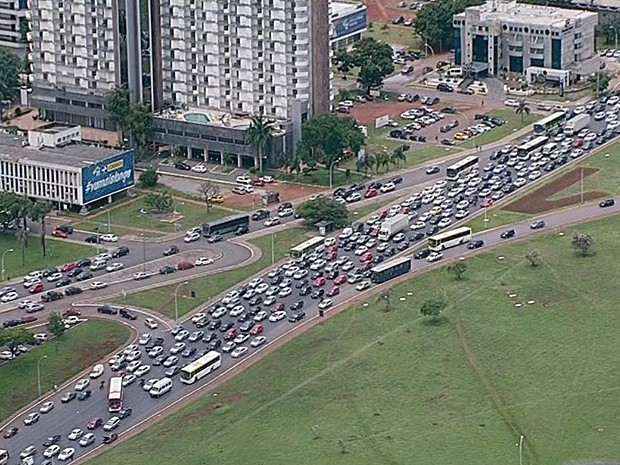 Congestionamento se formou na via S1, no Eixo Monumental, por causa de bloqueio de rodoviários (Foto: TV Globo/Reprodução)