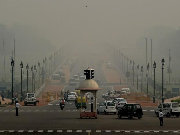 Nova Delhi, na Índia, amanheceu nesta segunda-feira (31) com espessa camada de poluição (Foto: Money Sharma / AFP)