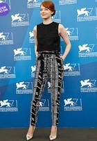 Look do dia: Emma Stone aposta nas cores preta e branca em festival