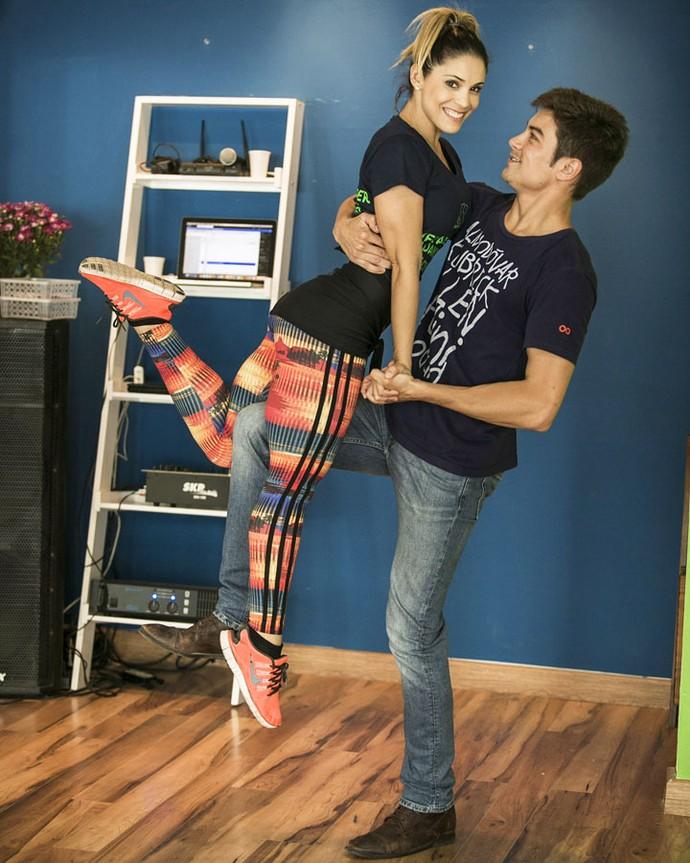 Raphael faz pose ao lado da dançarina Elisangela Hani (Foto: Raphael Dias/Gshow)