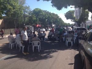 Categoria protestou em frente a Prefeitura de Macapá (Foto: Cassio Albuquerque/G1)