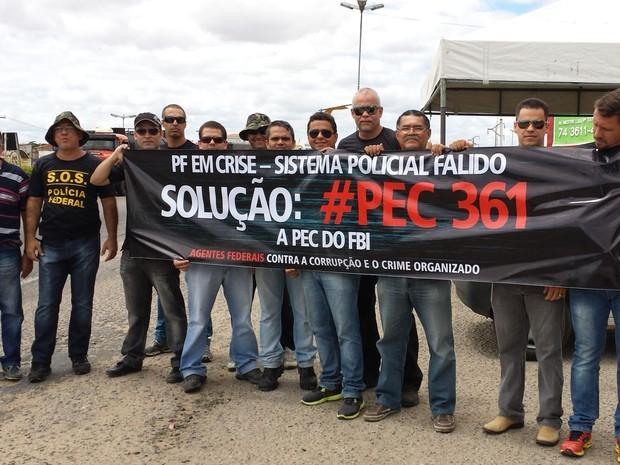 Agentes da PF fazem protesto na Ponte Presidente Dutra no Sertão nordestino. (Foto: Luana Bernardes/ TV Grande Rio)