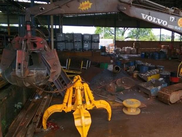 Uma das pás do equipamento (amarelo) teria atingido a cabeça do funcionário (Foto: Divulgação/Polícia Militar)