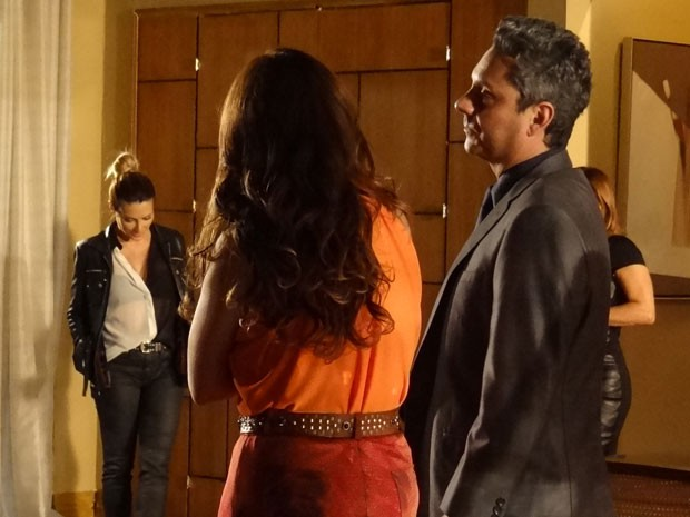 Sem graça, Bianca interrompe investida de Stenio e Helô (Foto: Salve Jorge/TV Globo)
