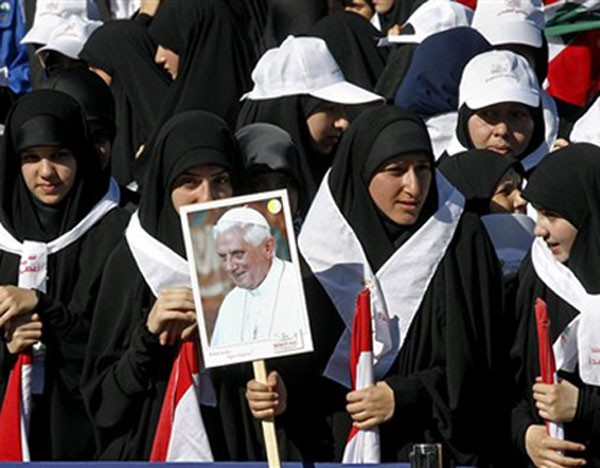 Mulheres esperam pelo papa Bento XVI em frente ao palácio presidencial em Baabda, leste de Beirute, no Líbano (Foto: Alessandra Tarantino/AP Photo)
