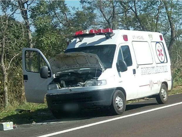 Ambulância parou no acostamento para atender paciente e pegou fogo. (Foto: Divulgação/Polícia Civil)