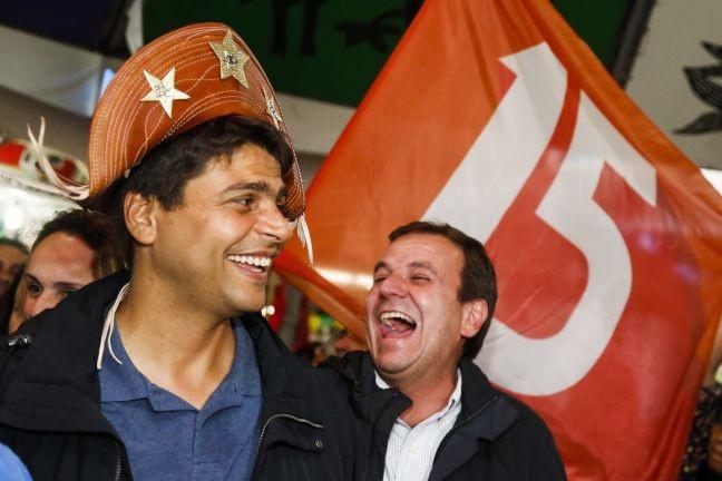 Pedro Paulo, candidato a prefeitura do Rio pelo PMDB, visita a feira de São Cristovão. Junto com ele estavam Eduardo Paes e Rodrigo Maia (Foto: Bárbara Lopes / Agência O Globo)
