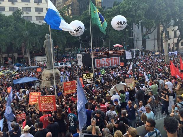 Servidores protestam em frente à Alerj (Foto: Nicolás Satriano / G1)