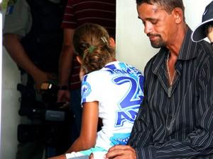 Pai espera ao lado de filha suspeita de matar irmã mais velha. (Foto: Jonathan  Lins/G1)