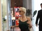 De shortinho, Mariana Ximenes embarca em aeroporto no Rio