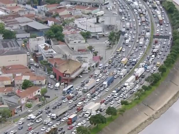 Acidente na Dutra travou trânsito da Marginal Tietê no sentido rodovia Ayrton Senna  (Foto: Reprodução/TVGlobo)