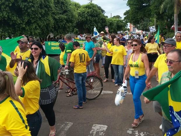 TRÊS LAGOAS (MS) - manifestantes fazem ato contra governo Dilma e corrupção (Foto: Bruno Axelson/TV Morena)