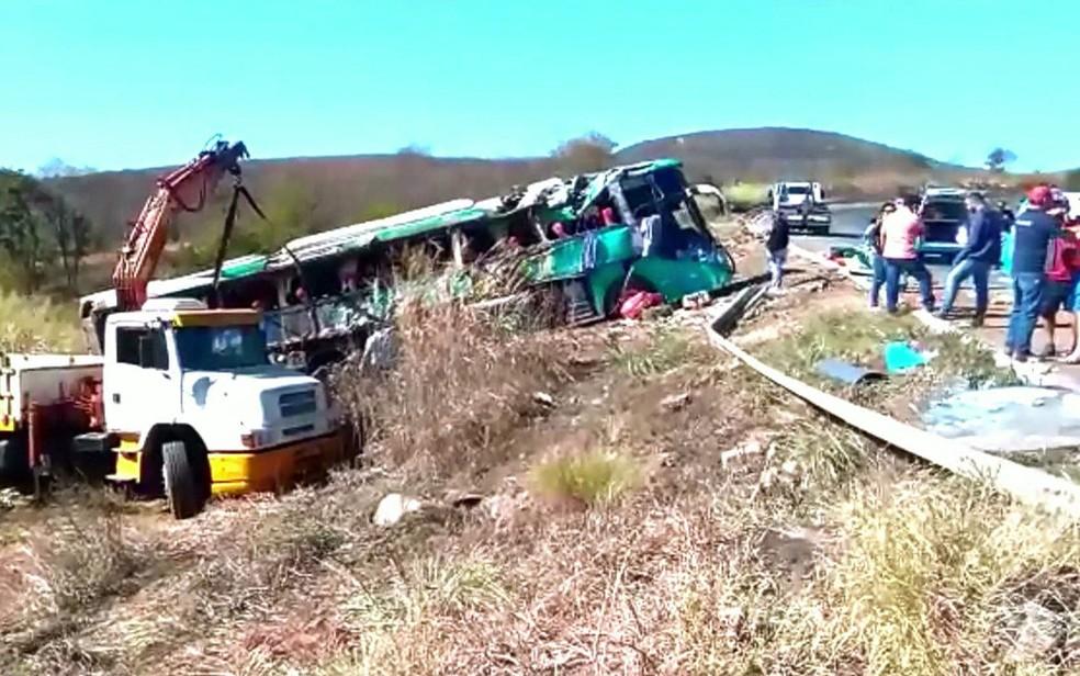 Ônibus capotou na região de Salinas, no interior de Minas Gerais (Foto: TV Globo/Reprodução)
