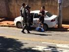 Homem usa garfo para tentar roubar taxista e é preso por delegado de folga