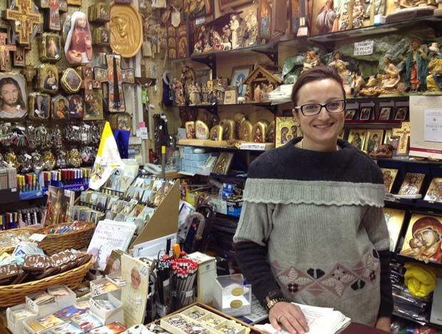 Patrizia Gasperini, mãe de Benedetta, em sua loja de artigos católicos em Castel Gandolfo (Foto: Juliana Cardilli/G1)