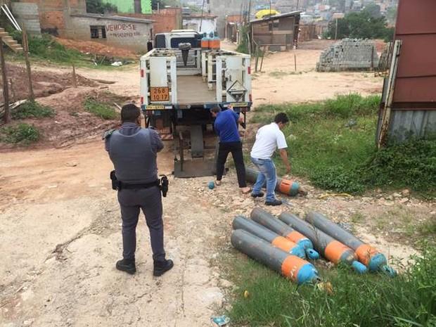 Polícia Militar encontra parte da carga de Cloro Gás roubada nesta sexta-feira (13) em São Mateus (Foto: Divulgação: Hidromar)