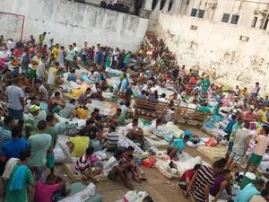 Presos foram colocados na quadra de esportes nesta manhã, em Porto Velho (RO) (Foto: Polícia Militar/Divulgação)