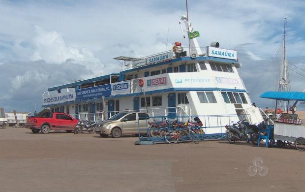 Barco escola Samaúma do Senai ancorado na orla do Santa Inês em Macapá (Foto: Reprodução/TV Amapá)