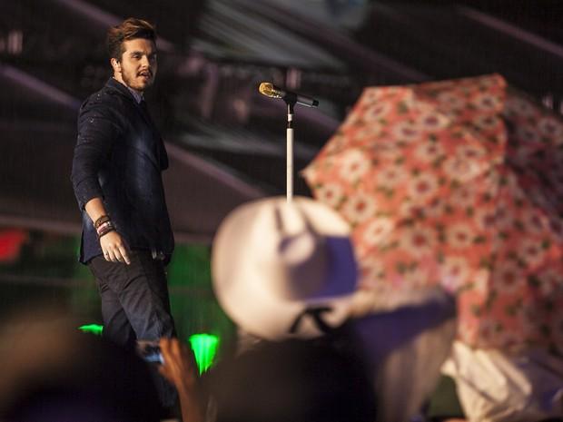 Luan Santana sobe ao palco do rodeio de Jaguariúna (Foto: Felipe Albertoni)