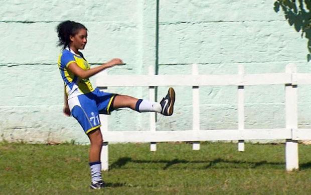 Yasmim tem sonho de jogar junto com Marta na Seleção principal (Foto   Reprodução EPTV 50bb353fbcd0a