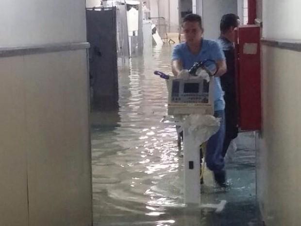 Funcionário do Hospital Santo Antônio passa pela água com aparelho utilizado na unidade de saúde, em Salvador. (Foto: Divulgação/ OSID)