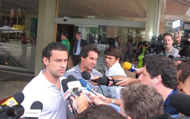 fred seleção brasileira desembarque (Foto: Marcelo Baltar)