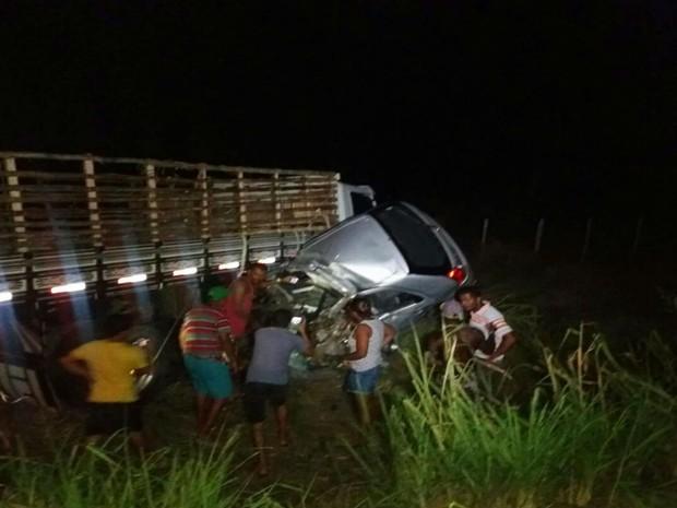 Colisão entre carro e caminhão deixou uma vítima na BR-324 (Foto: Alana Adrielle / Hora da Verdade)