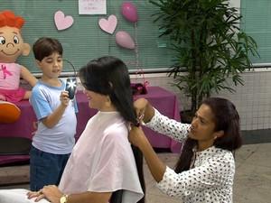 Dênia não cortava o cabelo há mais de dois anos. (Foto: Reprodução/ TV Gazeta)