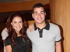 O casal Thiago Martins e Paloma Bernardi prestigia peça teatral