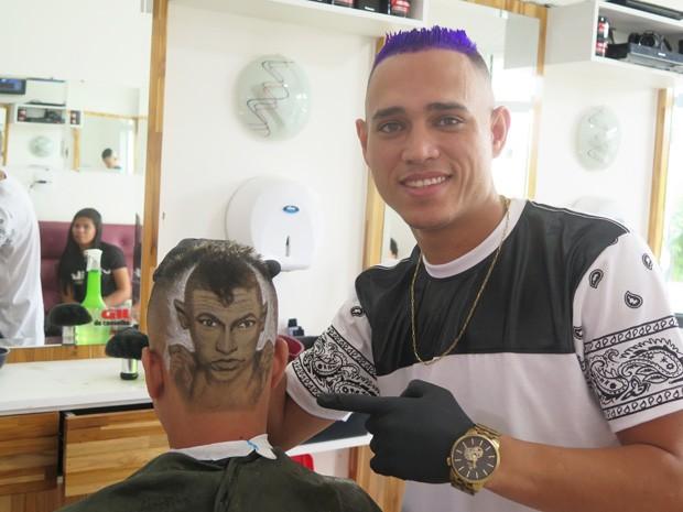 Nariko fez retrato de Neymar no cabelo de cliente (Foto: Mariane Rossi/G1)