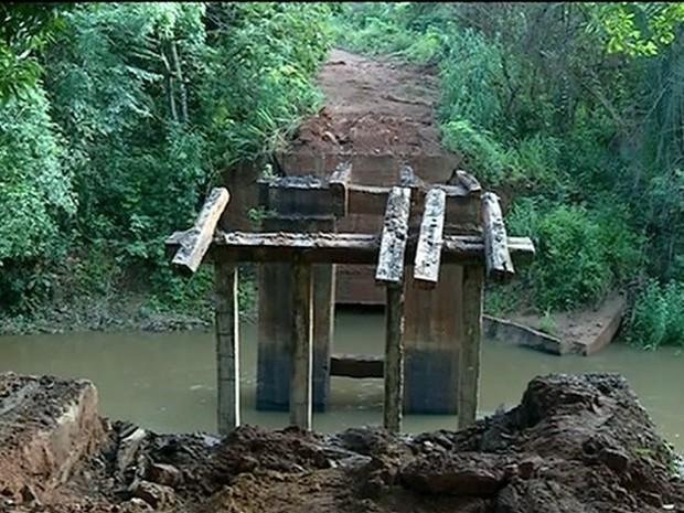 Prefeitura derrubou ponte que dava acesso a povoado em Araguaína  (Foto: Reprodução/TV Anhanguera)
