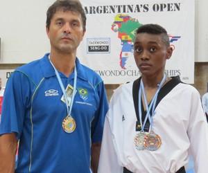 Mestre Lander e João Vitor Taekwondo Divinópolis, MG (Foto: João Vitor/Arquivo Pessoal)