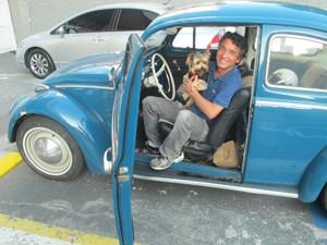 O morador Wilson Furukawa com o cachorro Jack (Foto: Márcio Pinho/G1)