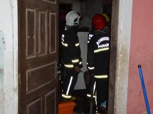 Bombeiros foram chamados para ajudar a conter as chamas (Foto: Walter Paparazzo/G1)