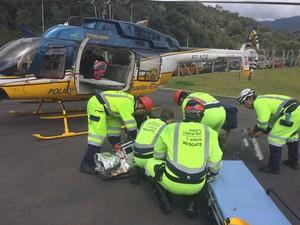 Motorista da carreta precisou ser socorrido de helicóptero (Foto: PRF/Divulgação)
