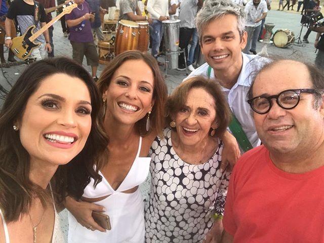 Flavia Alessandra posou com os colegas na festa de fim de ano da Globo (Foto: reprodução/instagram)