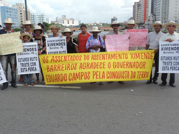 Trabalhadores de Barreiros carregam faixas em homenagem a Eduardo Campos. (Foto: Renan Holanda / G1)