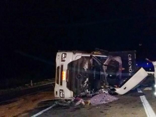 Motorista de carreta morreu em acidente no fim da noite de quarta-feira (21), na BR-040, em Levy Gasparian (Foto: Corpo de Bombeiros/Divulgação)