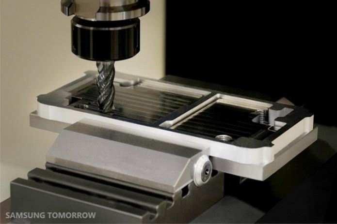 Peça de metal é prensada e moldada em máquina de alta precisão (Foto: Divulgação/Samsung)