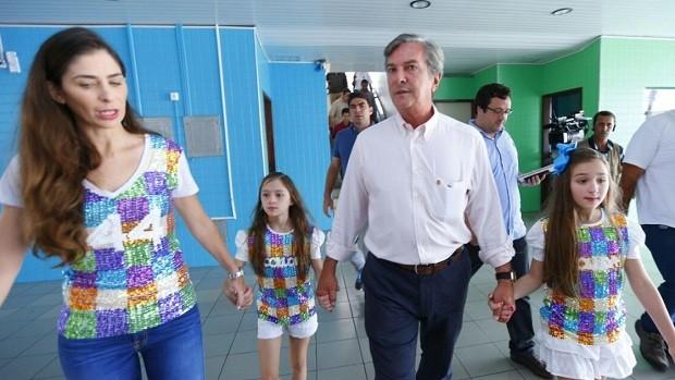 Collor foi votar no início da tarde acompanhado da esposa e das filhas (Foto: Gazetaweb)