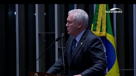 Senador parodia 9 canções de Chico Buarque e anuncia voto pró-Dilma
