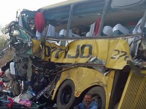Um acidente envolvendo uma carreta, um trator e um ônibus deixou 14 pessoas mortas na manhã desta segunda-feira (27), na BR-110, na região do município de Inhambupe, localizado a 167 quilômetros de Salvador. (Foto: Carlos Alberto/ site Aragão Notícias)