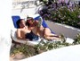 Tom Brady, nu, troca carinhos com Gisele Bündchen na Itália
