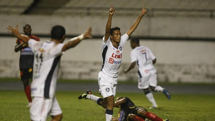 Jhonnatan comemora gol pelo Clube do Remo (Foto: Marcelo Seabra/O Liberal)