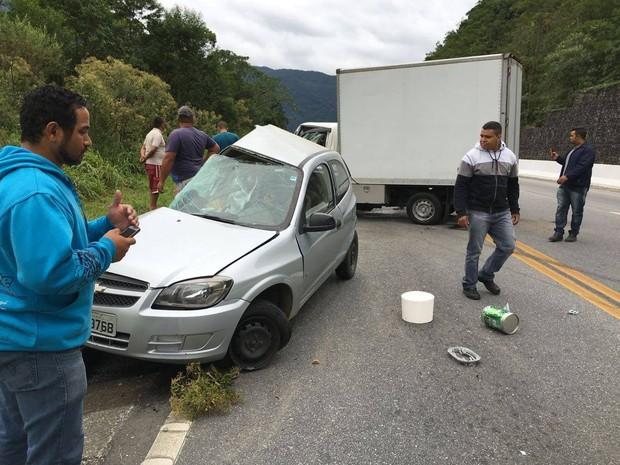 O acidente foi devido uma colisão frontal entre um caminhão utilitário e um celta (Foto: Aconteceu em Bertioga/Arquivo Pessoal)